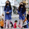 طالبتان اثناء مغادرتهما إحدى المدارس الحكومية في عمان أول من أمس
